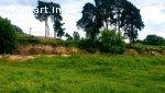 Живописный участок у реки в Пскове